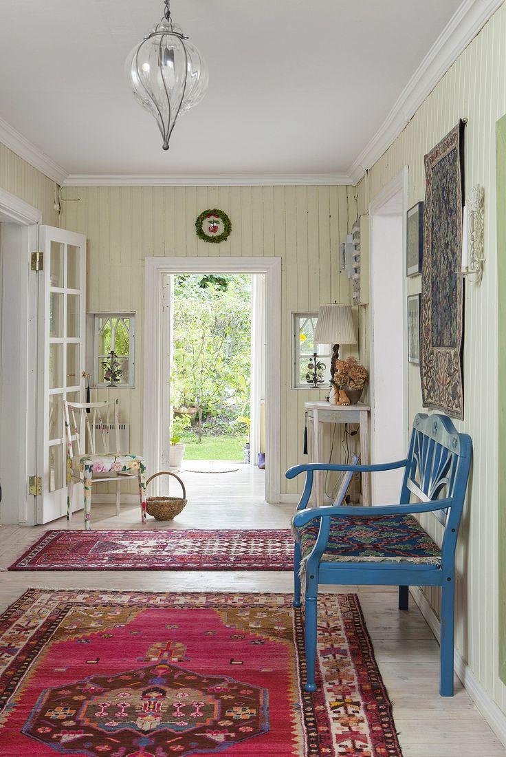Kauniisti koristemaalattu JUVIn puolipyöreä pöytä upeassa eteishallissa. Katso kaikki mallimme: http://juvi.fi/puolipyorea.html