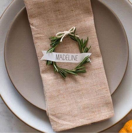 Mini-coronas de Navidad para presentar a los comensales y decorar servilletas #ideas #decoracion #Navidad