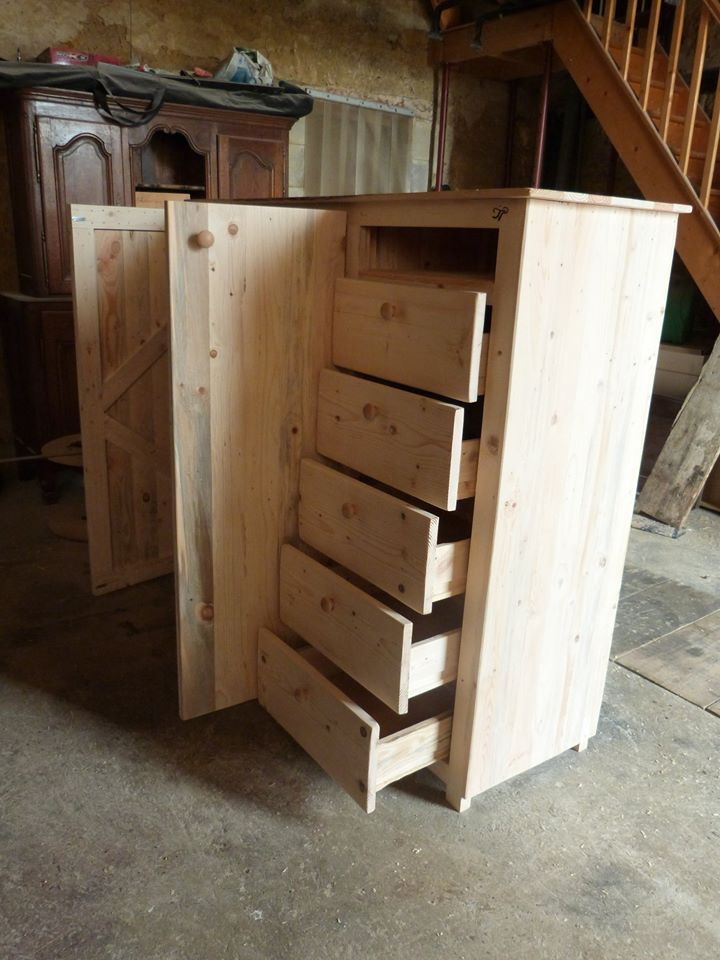 The whole wardrobe has been yielded from the pallet pieces like slats and planks which have been separated from the pallets and used accordingly for each section of the wardrobe. - Pallet Wardrobe with Drawers | Pallet Furniture