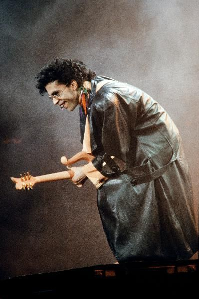FRANCE-US-ENTERTAINMENT-MUSIC-This photo taken on June 17, 1987 shows musician Prince performing onstage during his concert at the Bercy venue in Paris.PRINCE