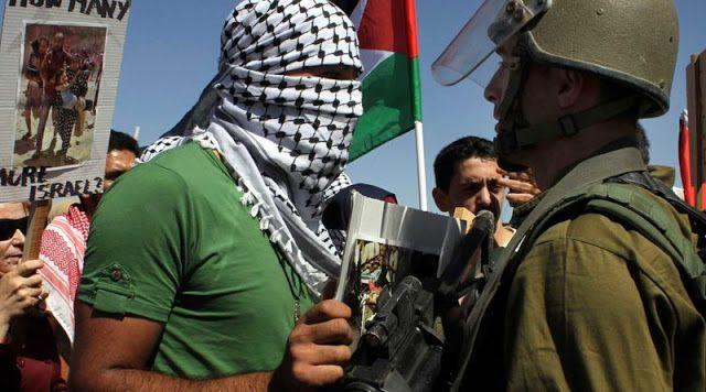 Berita Islam ! Logika Pembunuhan Israel: Kultur Kekebalan Yahudi dimata Internasional... Bantu Share ! http://ift.tt/2wPBxFK Logika Pembunuhan Israel: Kultur Kekebalan Yahudi dimata Internasional  Ramzy Baroud Apakah dia salah atau tidak ini adalah masalah sepele kata demonstran Yahudi yang sedang mendukung seorang prajurit Israel yang secara dingin membunuh seorang pria Palestina yang terluka di Khalil Hebron. Pria Yahudi yang turut dalam aksi protes tersebut menyebut warga Palestina adalah…