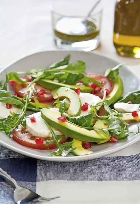 Pripravte si šalát z avokáda, paradajok a mozzarelly.