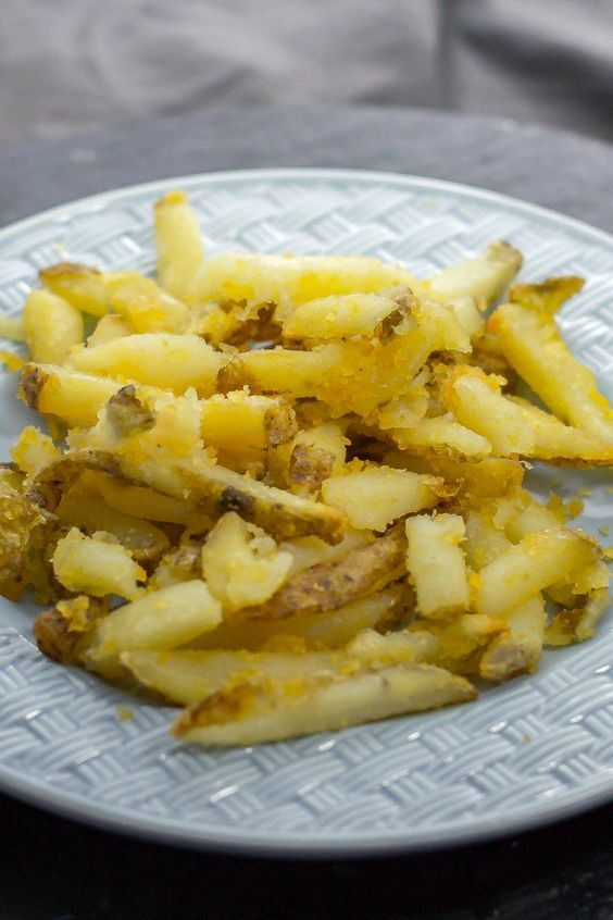 Craving French fries? Instead of getting a bag of frozen fries to make in the oven, why not make fresh, homemade oven-baked French fries? #homemadeovenbakedfrenchfries #cookingtips #thecookful