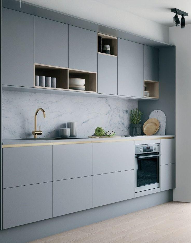 Weich graue Küche mit Akzenten aus Messing und Holz #HLYTRNTY #holytrinitylights #de