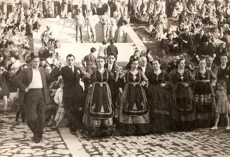 """""""Κουμπάρε που στεφάνωσες τα δυό τα κυπαρίσσια"""" Δεκαετία 1960. Τοποθεσία: Κεντρική πλατεία του Μετσόβου www.metsovomuseum.gr"""
