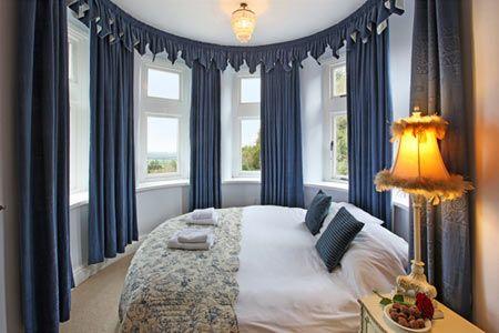 Избегайте круглых, треугольных, трапециевидных, Г-образных форм. По фэн-шуй в круглой спальне энергия слишком интенсивна, особенно для сна. Такая комната скорее подходит для переговоров, чем для сна.
