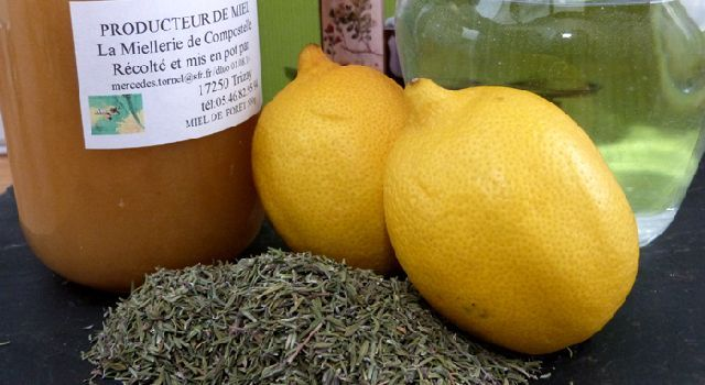 Pour vous soigner au naturel, voici une recette de sirop pour la toux très facile à réaliser avec comme seuls ingrédients du thym, du miel, du citron et de l'eau. Il est idéal en cas de quinte de toux.