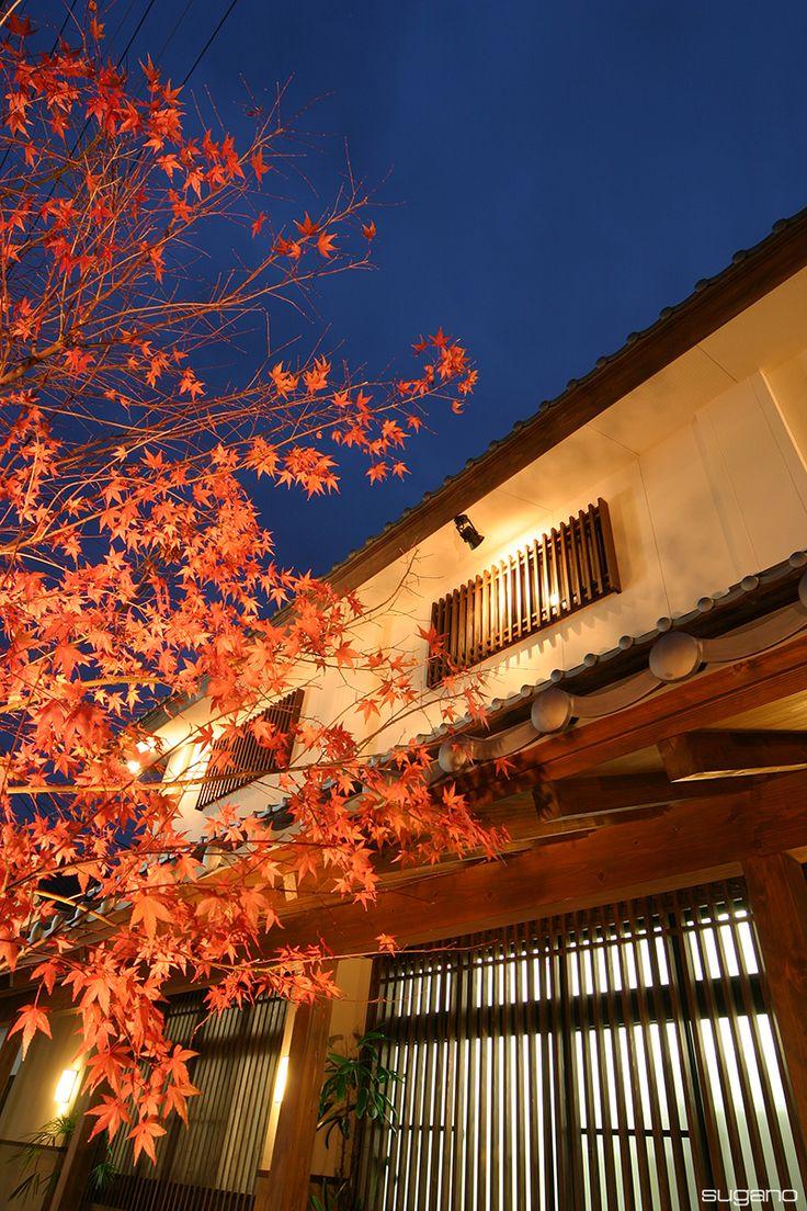 栗きんとん発祥の地、加子母村の「仁太郎本店」。光に照らされる和風の外観は趣きがあります。 #和風建築 #栗きんとん #仁太郎 #加子母村 #格子 #和風外観 #設計事務所 #菅野企画設計