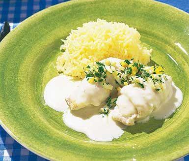 Klassisk kokt torsk med ägg och persilja. Prima middagsmat, utsökt och fräsch med riven pepparrot. Grovhackade ägg och persilja strös över torsken. Pressa potatis till och du har en sagolik rätt.