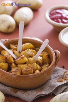 Il sapore spiccato delle patatas bravas è l'ideale per uno spuntino appetitoso gustato con il vostro #cocktail preferito! #ricetta #GialloZafferano #Spagna