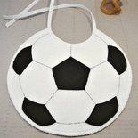 Bavaglino per neonato a forma di pallone da calcio, realizzato interamente a mano. Realizzato in spugna di cotone color bianco, con dettagli in pannolenci. Il retro è in maglina o in panno, a sec...
