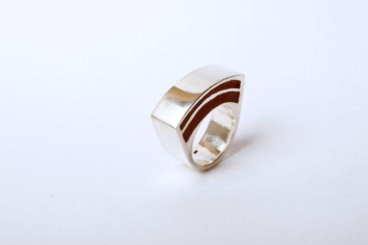 TANDIA, anillo construído. Plata 950 y resina