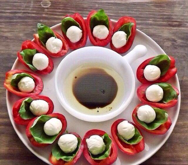 Tomate cortado em 4 + baby alface ou rúcula + mussarela de búfala + molho balsâmico