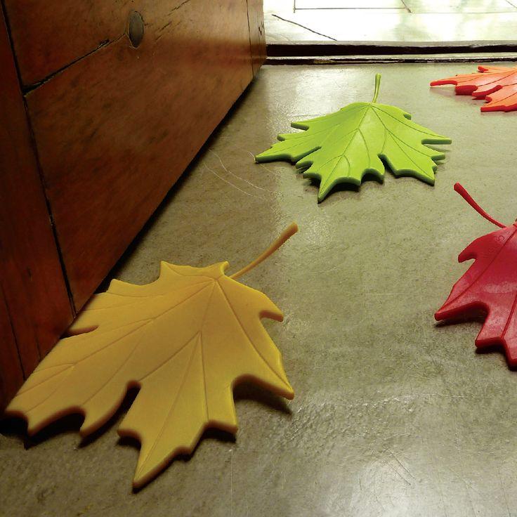 Traba puertas - Autumn Leaves — Tienda Pod Traba Puertas Coloridas hojas de otoño para trabar la puerta y evitar que se cierren. Cantidad por pack 1 unidad ¡Viene verde, Naranja y Rojo! Medidas: Alto 17 cm x Ancho 14 cm x Profundo 3 cm