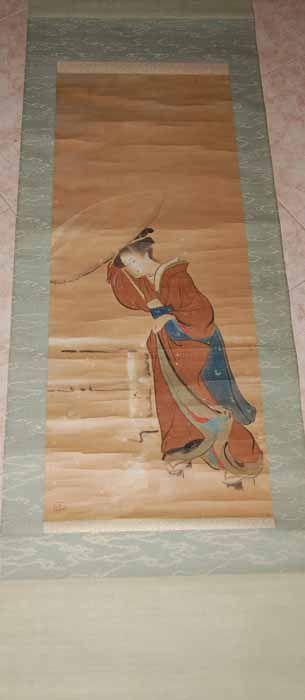 Dama con sombrilla en un vendaval. Antigua pintura japonesa sobre papel montado sobre seda, obra de un autor desconocido del que figura su sello. Está datada en la segunda mitad del siglo XIX, en periodo Meiji. La montura no es la original, sino cambiada en época indeterminada, tiene los extremos de la barra de enrollar de madera lacada. Medidas: 192x51,3cm. Pintura: 97,2x37,5cm. De Carlos López Matías.