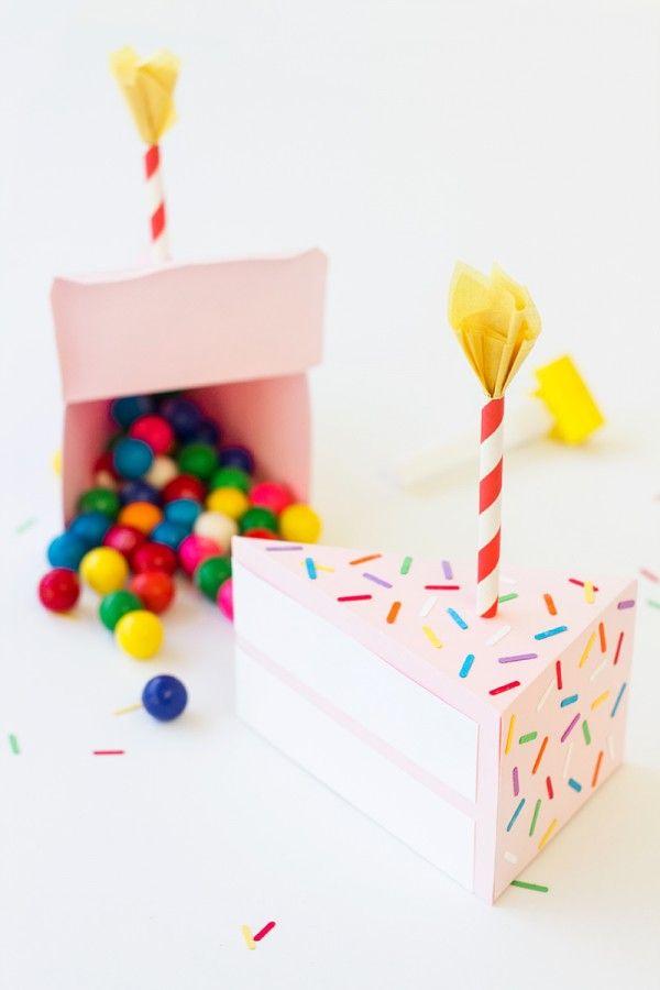 ¿Qué tal regalar tus dulces en una cajita con forma de tajada de torta y una velita? Preciosa. #ManualidadesFiestas