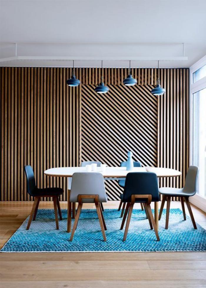 table de salle à manger, salle à manger épurée, tapis bleu, suspensions bleues