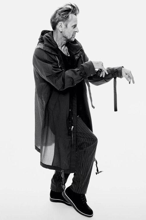 Неделю назад Михаилу Барышникову исполнилось 67, а он, как видите, в прекрасной форме, с отличной стрижкой и снимается в лукбуке и видео Rag & Bone. До этого в рекламных кампаниях марки регулярно появлялся Майкл Питт. Теперь ему на смену пришел Барышников, чему можно только радоваться: увидеть его на сцене, может, и не получится, зато видео можно пересматривать неоднократно.