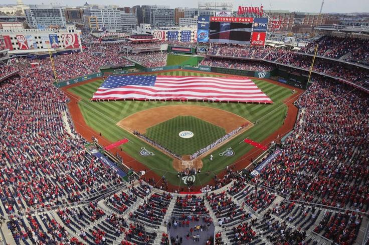 La bandera de Estados Unidos antes del partido entre los Nacionales de Washington y los Marlins de Miami en Washington el 01 de Abril de 2013. | Créditos: AP / J. David Ake