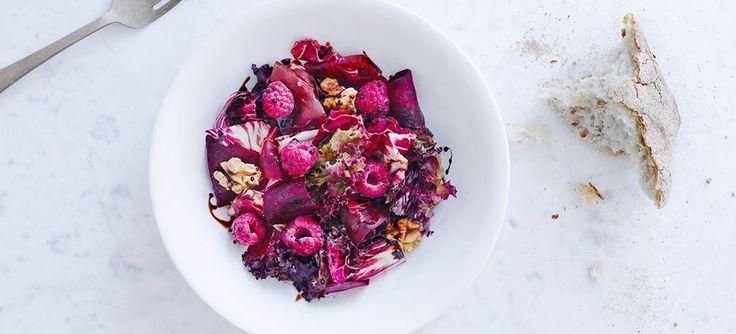 Yderst smuk salat med hindbær og rødbede, der får lov at farve alle ingredienserne helt pink. Pas på de hvide duge, bluser og skjorter, for her kommer sommerens favoritsalat for fuld skrue!