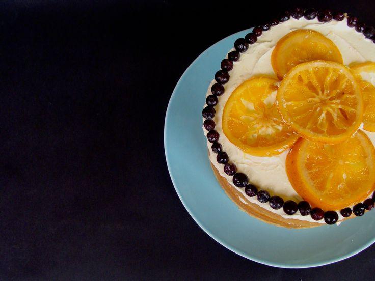 Pastel desnudo de naranja, arándanos y agraz. Encuentra tres grandes sabores que se complementan entre sí en este pastel. Podrás disfrutar de cada bocado y comerte al final las naranjas confitadas. Pequeña (10 a 15 porciones)... $ 35.000 // Mediana (20 a 25 porciones)... $46.000 // Grande ( 25 a 30 porciones)... $ 58.000.