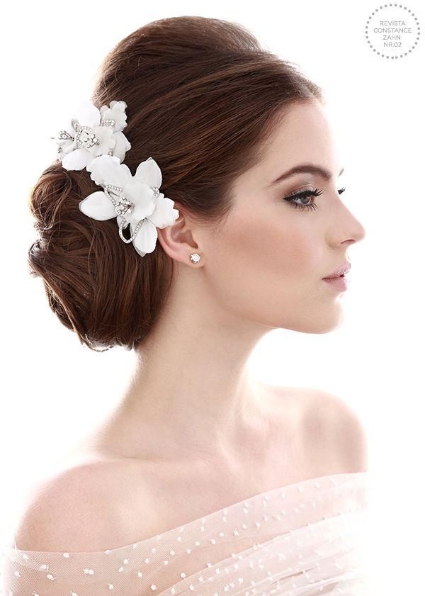 Penteado de noiva - coque baixo clássico com flores de tecido e crisitais  ( Foto: Felipe Lessa Photography | Beleza: Jr Mendes | Flores: Talento Joias )