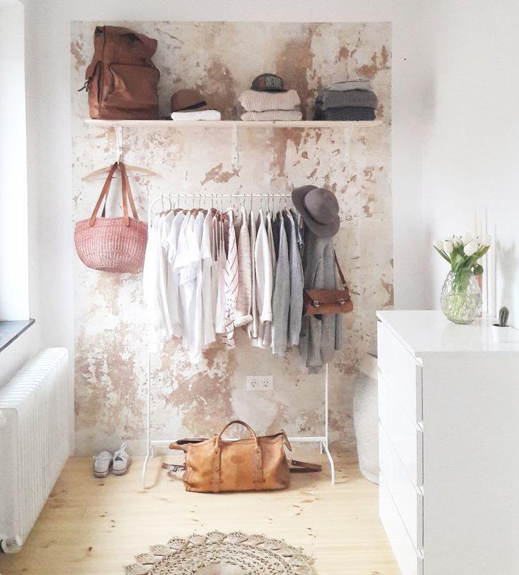 offener Kleiderschrank   Foto: altbremerhausmomente #patiniertewand #garderobe #wardrobe