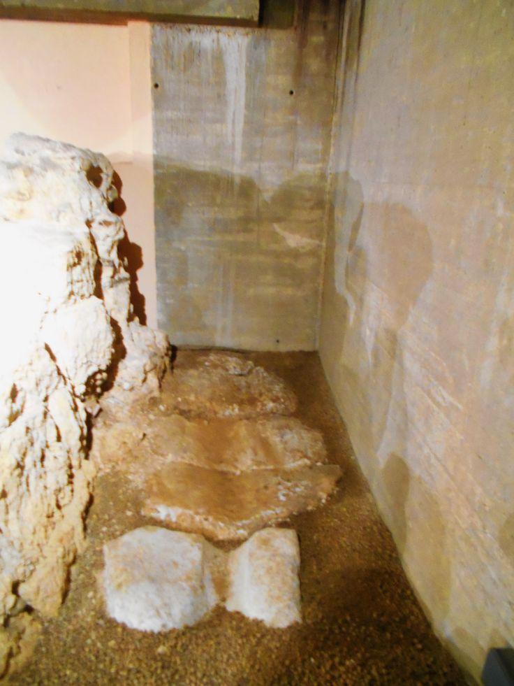 Huellas de rodaduras de ruedas de  carruajes en calzada cercana a la Porta Principalis Sinistra.,Cripta Arqueológica de Puerta Obispo.