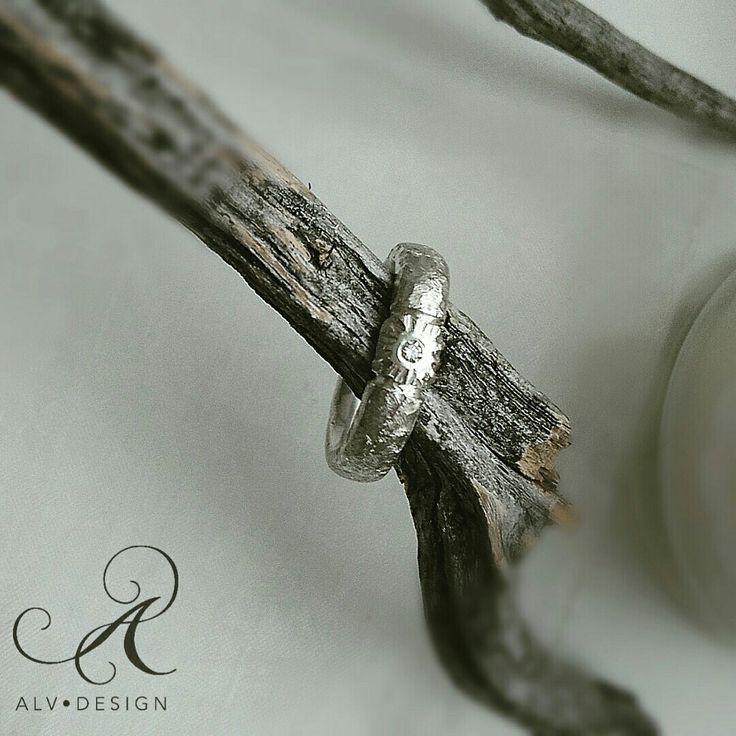 Handgjord silverring med handsatt diamant 0,04 ct.  Design och arbete av konstnär och silverdesigner Anneli och Kenneth Lindström.  Välkommen att se mer av Alv Designs handgjorda silverringar i webbutiken www.alvdesign.se