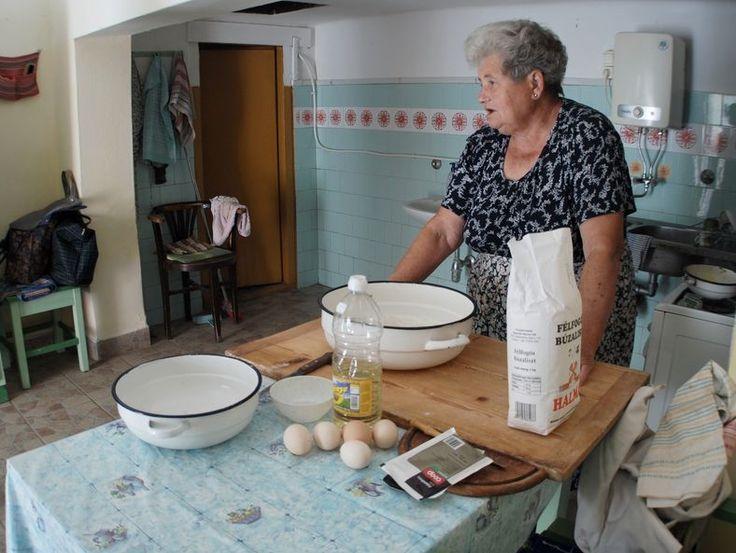 Élt egyszer egy lány Szeremle településen, szeretett a konyhában sertepertélni és szeretett volna az ételek elkészítésében is részt venni, de legnagyobb sajnálatára csak a kukta szerep jutott neki. Az alapanyagokat minden alkalommal precízen előkészítette, majd félrevonult és…