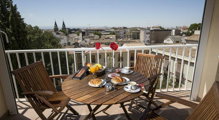 Carlos V Granada Carlos V hotel is located in Granada's historic city centre, only 2 minutes' walk from the popular tapas bars of Navas Street and 400 metres from the Cathedral. Rooms include free Wi-Fi and air conditioning.
