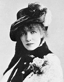 Sarah Bernhardt vers 1880, cliché de Napoléon Sarony. La comédienne noua avec George Sand une amitié franche et durable.