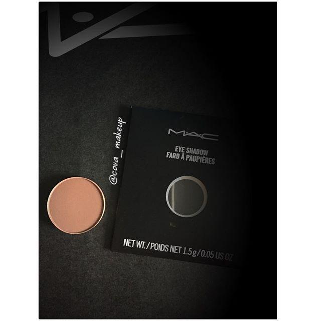 Sombra CORDUROY de mac. A las amantes de las sombras mate os encantara esta, es un tono completamente modulable. Con una sola pasada damos color al párpado de una manera muy sutil, si damos mas, intensificamos el color hasta convertirlo en un intenso marrón chocolate precioso. Os lo mostrare en la próxima foto de una forma mas gráfica. También es perfecta como color de transición. #mac #cosmetics #maccosmetics #sombra #sombradeojos #sombrasmac #eyeshadow #maquillaje #makeup #cova_makeup…