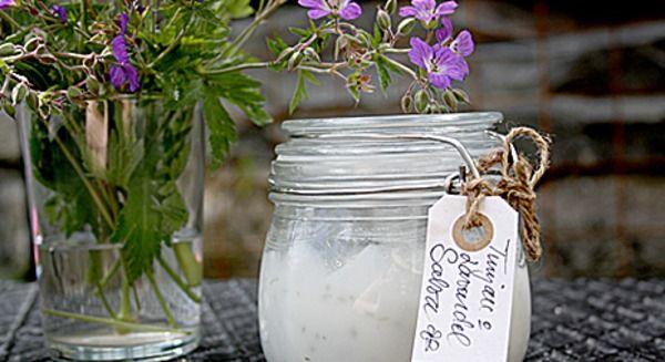 4 msk sötmandelolja  4 msk kokosolja  3 msk vitt vax (kallas även blekt bivax) 6 msk glycerin  6 droppar lavendelolja Smält vaxet i vattenbad med mandelolja och kokosolja. Svag värme. Rör. Tillsätt glycerin droppvis. Ta bort från värmen o rör ihop till en kräm. Droppa i lavendelolja o blanda väl. Fyll upp i små burkar.