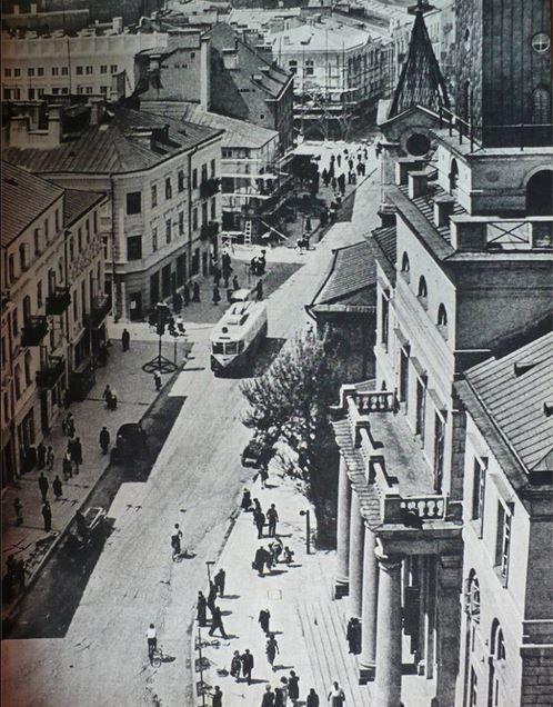 Krakowskie Przedmieście ok. 1955.  Trolejbusy Vetra VBR kursowały w L-nie w latach 1954-1955. Co nieznacznie zmienia datowanie tego zdjęcia. Były wypożyczone (razem z kierowcami!) z WPK Gdańsk - Gdynia i wróciły do 3miasta po pierwszych dostawach do L-na trolejbusów Škoda 8Tr.