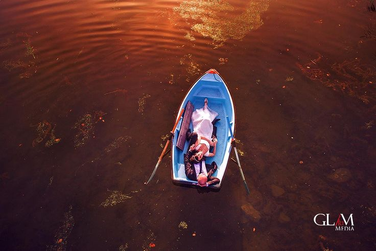Beautiful shot of bride and groom in a boat, photo by www.glamartmedia.com ro: sedinta foto dupa nunta, in barcuta, pe lacul noua, Brasov