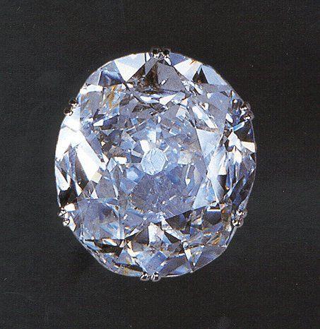 Kohinoor: otro de los diamantes más famosos del mundo es esta bellísima gema de talla oval, cuyo peso en bruto era de 186 quilates; fue el Sha de Persia el que lo denomino Koh-i-noor (Montaña de la Luz) hacia 1739. Más tarde pasó a pertenecer a la reina Victoria, y, tras ser tallado, formó parte de la corona de la reina María, y en la actualidad se halla en la corona de Isabel segunda; pesa 108, 93 quilates.