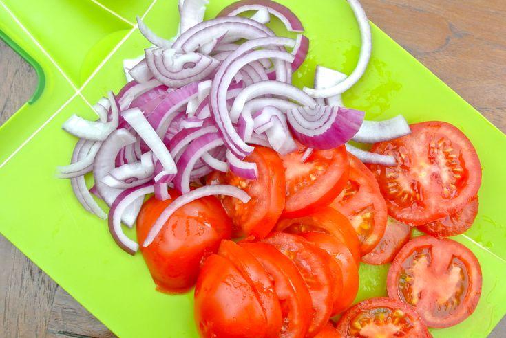 gesneden ui en tomaat