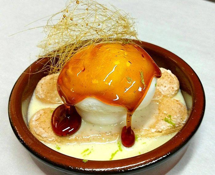 Des œufs à la neige moelleux, une crème anglaise soyeuse et nappante, un caramel ambré, des biscuits à la cuillère pour la gourmandise et une touche de citron vert pour la fraîcheur.