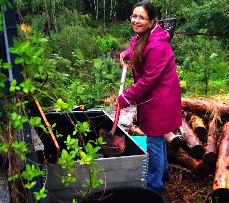 Anette lager næringsrik kompostjord med bokashi i en jordfabrikk hun har laget av pallekarmer. Med bokashi kjøkken-kompost lager du superjord på få uker.