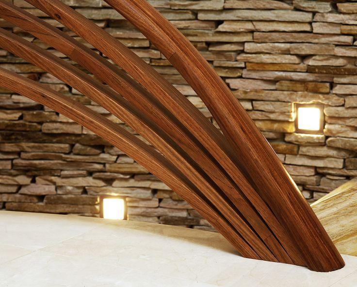 ST690 Policzkowe schody gięte wykonane z drewna Bodo i malowanego dębu. Balustrada z falujących elementów drewnianych. Realizacja wykonana w prywatnej rezydencji , projekt – TRĄBCZYŃSKI