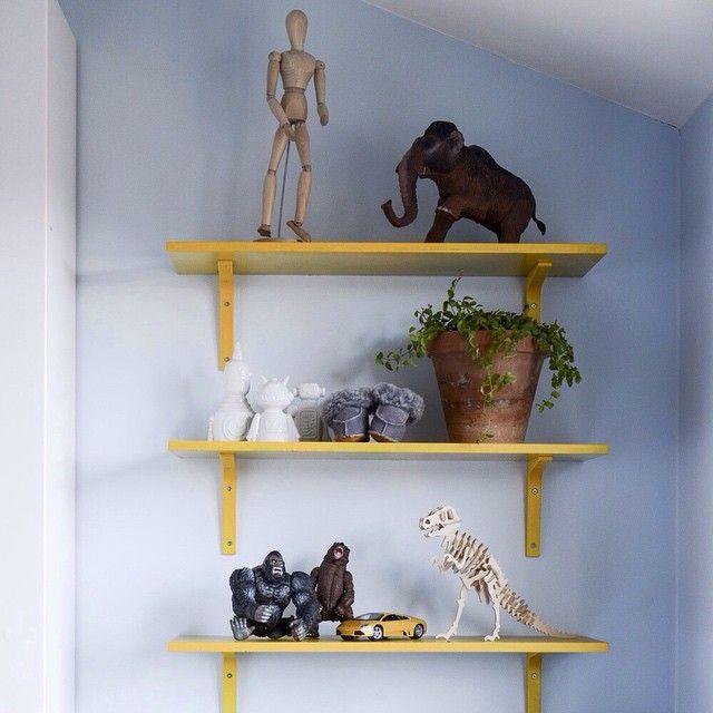 IKEA-hackad gulmålad hylla gjorde genast barnrummet lite mer ombonat. #ikeahacks #ikeadiy #VSCOcam