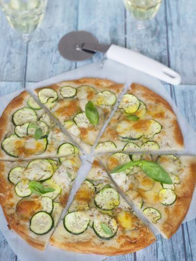 Pizza blanche express aux courgettes et à la mozzarella : Recette de Pizza blanche express aux courgettes et à la mozzarella - Marmiton