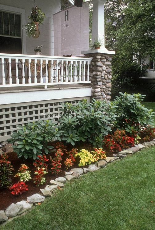 Flower bed idea cant wait to pull up shrubbery and for Front porch landscaping plants