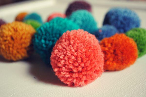 A rainbow of pom poms. Oh yes!Knits Pom, Pompom, Homemade Yarns, Yarn Pom Poms, Rainbows, Homemade Pom, Pom Lady, Yarns Pom Pom