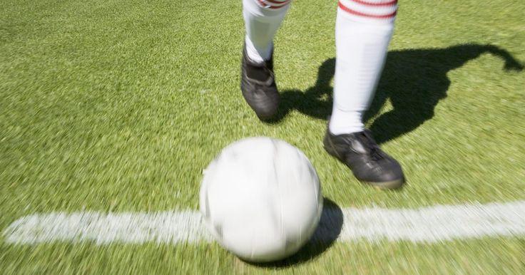 Cómo quitar manchas de un balón de fútbol usado en césped artificial. El fútbol es un juego rápido e intenso. La acción rápida puede ser dura en los atletas como en su equipamiento. Después de un partido difícil o práctica larga, tu balón probablemente esté cubierto de manchas de césped, de zapatos o de raspones de césped artificial. Ya que la mayoría de los balones están hechos de goma o cuero sintético, son ...