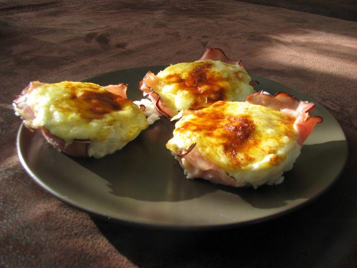 jajka zapiekane w piekarniku z szynką i serem