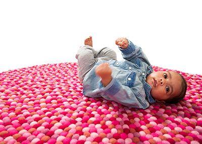 #Filzkugelteppiche sind unter den beliebtesten von #Babies, weil sie nicht nur sehr weich sind, sondern auch weil #Sukhi eine große Auswahl an bunten Farben und Farbkombinationen anbietet! Gestalten Sie ihren Teppich individuell oder schauen Sie näher den gemütlichen Aayusha-Teppich hier: Ahttp://www.sukhi.de/rund-aayusha-filzkugelteppiche.html