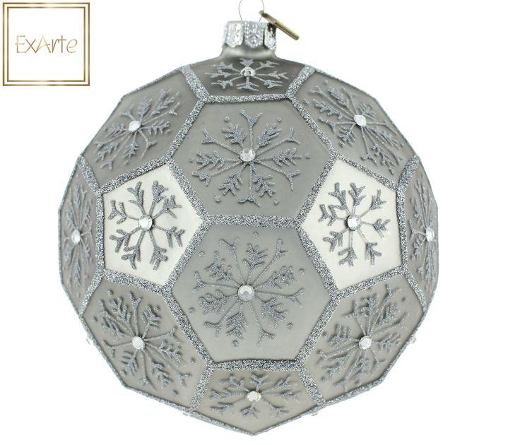 Polish, hand crafted glass christmas tree ornaments.  Szklane bombki choinkowe.   Ozdoba w formie dużego wielościanu, w delikatnym srebrzysto-szarym kolorze. W każdym z pól wielościanu - srebrna brokatowa śnieżynka, ozdobiona centralnym kryształkiem. Ornament in the form of large polyhedron in a delicate silvery-grey colour. In each of the fields of the polyhedron - silver glitter snowflake, decorated with central crystal.