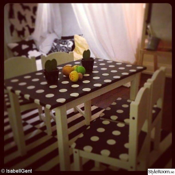 barnmöbel,svartvitt,bord+stolar,barnrum,lekrum